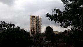 Moln och byggnad arkivbild