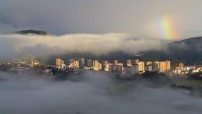 Moln och dimma i Donostia. Arkivbilder