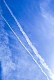 Moln och dunster på blå himmel fotografering för bildbyråer