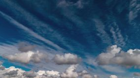 Moln och för tidschackningsperiod för djupblå himmel video i sydvästerna USA