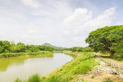 Moln och flod med trädgräsplansukhothai Royaltyfria Bilder