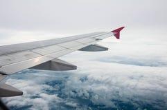 Moln och himmel som sett igenom fönster av ett flygplan fotografering för bildbyråer