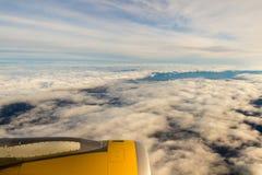 Moln och himmel som sett igenom fönster av ett flygplan/ett flygplan Fotografering för Bildbyråer