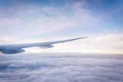 Moln och himmelsikt från fönster av ett flygplan Arkivbilder