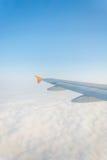 Moln och himmelsikt från fönster av ett flygplan Royaltyfri Foto