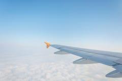 Moln och himmelsikt från fönster av ett flygplan Arkivbild