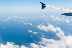 Moln- och himmelsikt från nivån Arkivbild