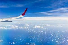 Moln- och himmelsikt från nivån Arkivfoto