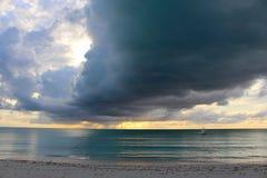 Moln och ljus av solnedgången Long Island Bahamas arkivfoto