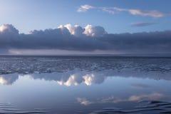 Moln och reflexion Royaltyfria Bilder