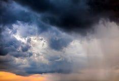 Moln och regn royaltyfri foto