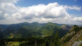Moln och skuggor över bergen lager videofilmer
