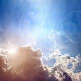 Moln- och solbakgrund arkivbilder
