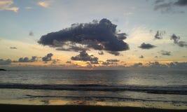 Moln och solnedgång på den Costa Ricas stranden royaltyfria bilder