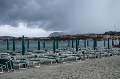 Moln och solparaplyer Arkivfoton