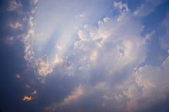 Moln och strålar i soluppsättning Fotografering för Bildbyråer