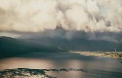 Moln ovanför bergsjön Arkivfoto