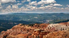 Moln ovanför Cedar Breaks i sydliga Utah fotografering för bildbyråer