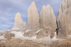 Moln ovanför de huvudsakliga maxima av den Torres del Paine nationalparken arkivfoton