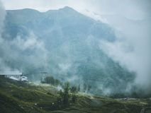 Moln ovanför den dimmiga bergskogvändkretsen arkivbild