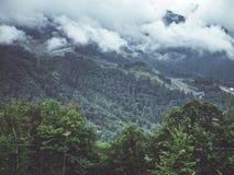 Moln ovanför den dimmiga bergskogvändkretsen Arkivfoto
