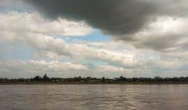 Moln ovanför floden Arkivbild