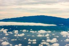 Moln ovanför hawaianska öar Arkivfoto