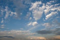 Moln på blå himmel fotografering för bildbyråer