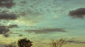 Moln på blå himmel under solnedgång Arkivbilder