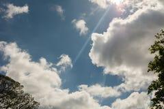 Moln på blå himmel under solnedgång Royaltyfria Foton