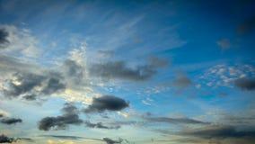 Moln på blå himmel under solnedgång Arkivbild