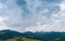 Moln på blåa berg arkivfoton