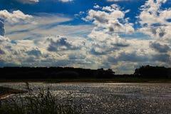 Moln på en flod Arkivfoton