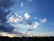 Moln på en härlig blå aftonhimmel royaltyfri fotografi