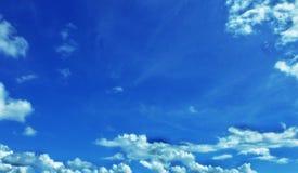 Moln på en himmel för blåa grå färger arkivbilder