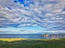 Moln på en sjö fotografering för bildbyråer