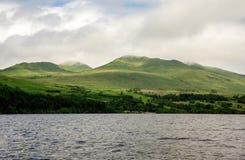 Moln på högländer på fjordTay den sceniska kustlinjen i Skottland Royaltyfri Foto