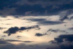 Moln på himmel i aftonen Royaltyfria Bilder