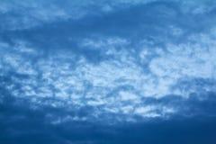 Moln på himmel i aftonen Arkivfoto