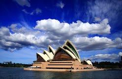 Moln på operahus royaltyfria bilder