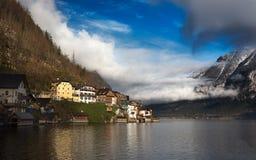 Moln på sjön Hallstatt, Salzkammergut, österrikiska fjällängar Royaltyfria Bilder