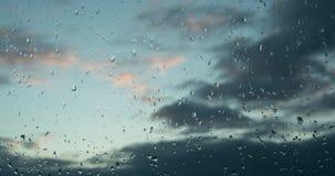 Moln på solnedgångflyttningen över himlen Raindrops på ett fönster Efter regnet god mood positivt Alla ska vara väl! 4K arkivfilmer