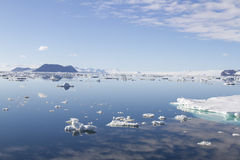 Moln reflekterade i Antarktisljud med is svävar Royaltyfri Fotografi