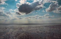Moln reflekterade i den salta sjön Royaltyfria Bilder