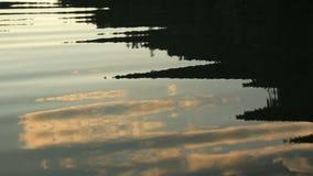Moln reflekterade i ett krusigt damm i Carpathian berg på solnedgång lager videofilmer