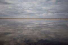 Moln reflekterade i lagun Royaltyfri Fotografi