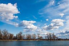 Moln reflekterade i sjön, Ryssland Arkivbild