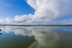 Moln reflekterade i våtmarkerna av Don Edwards Wildlife Refuge, södra San Francisco Bay, Alviso, San Jose, Kalifornien royaltyfri fotografi
