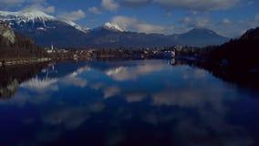 Moln reflekterade på bevattna Berg sjö som blödas i December lager videofilmer