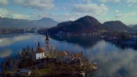 Moln reflekterade på bevattna Berg sjö som blödas i December stock video